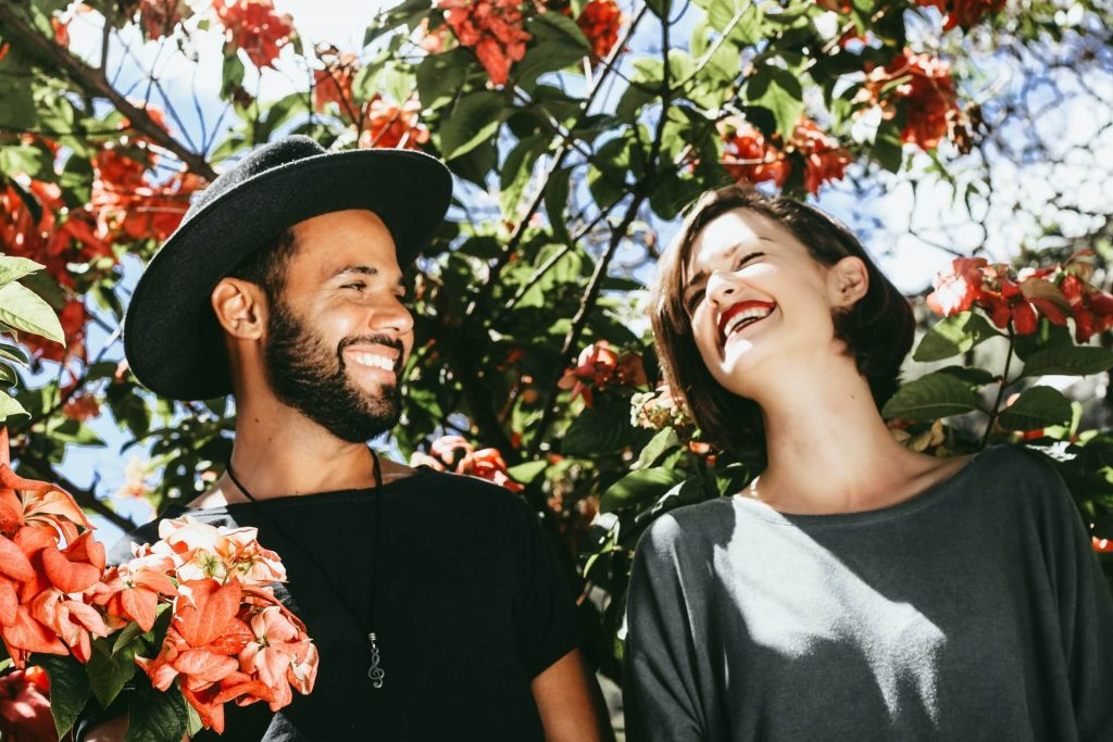 photo couple multiculturel en amour