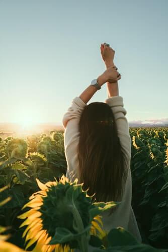 Femme, champs, soleil, tournesol, ciel