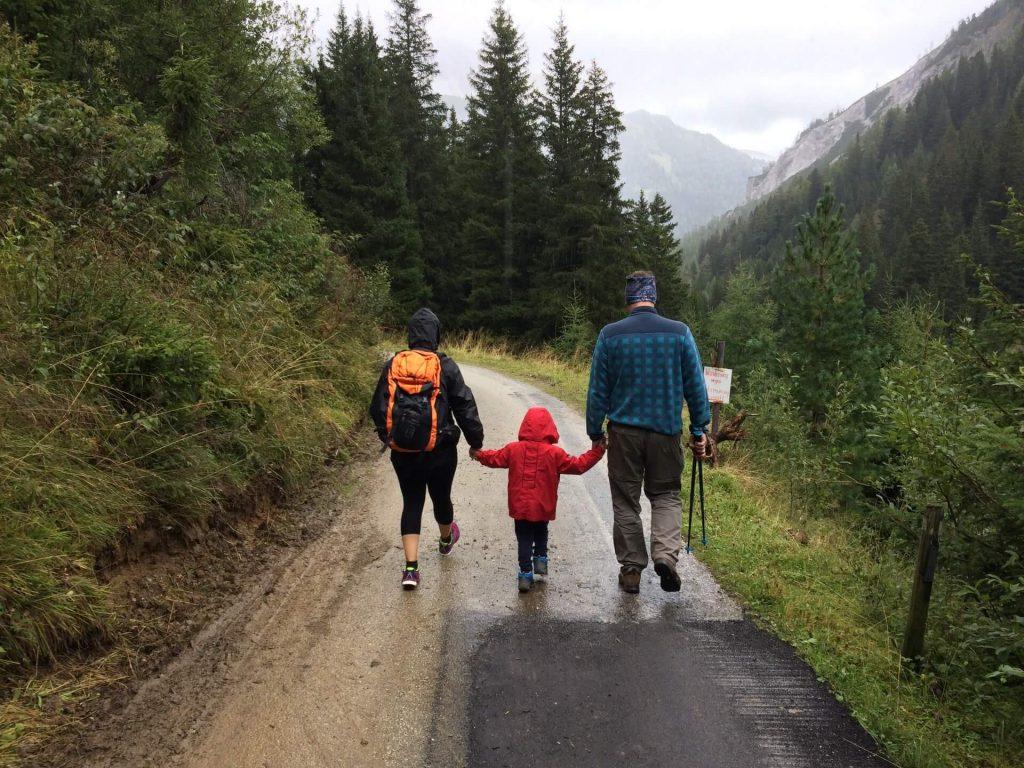 famille se tenant la main en randonnée