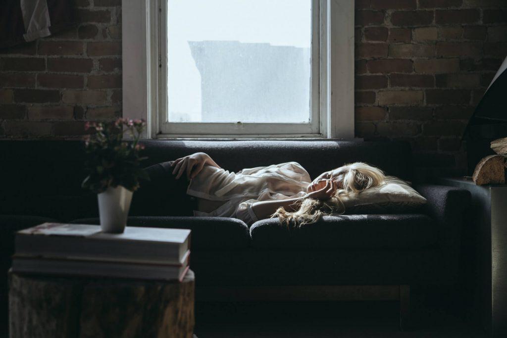 fille couchée sur son divan