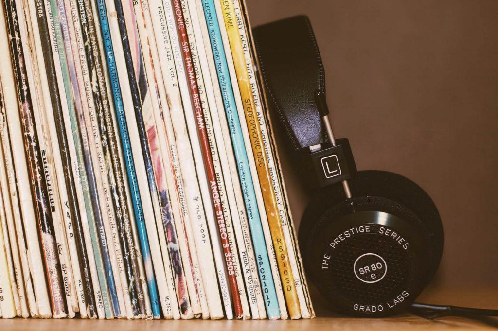 écouteurs avec des vinyles