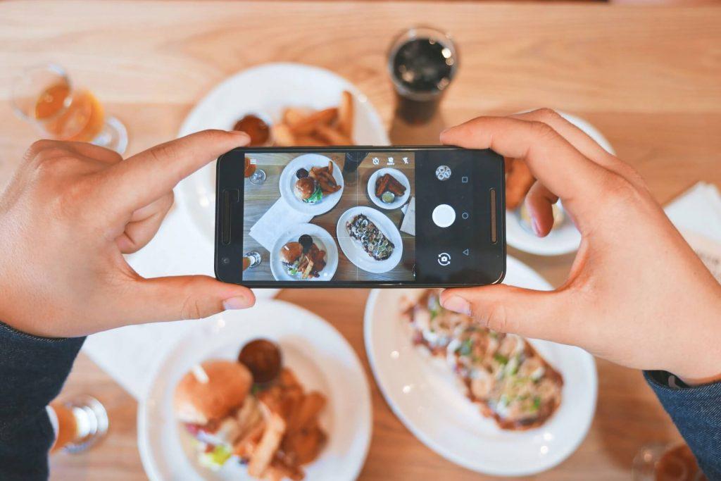 photo de quelqu'un qui prend une photo de sa nourriture