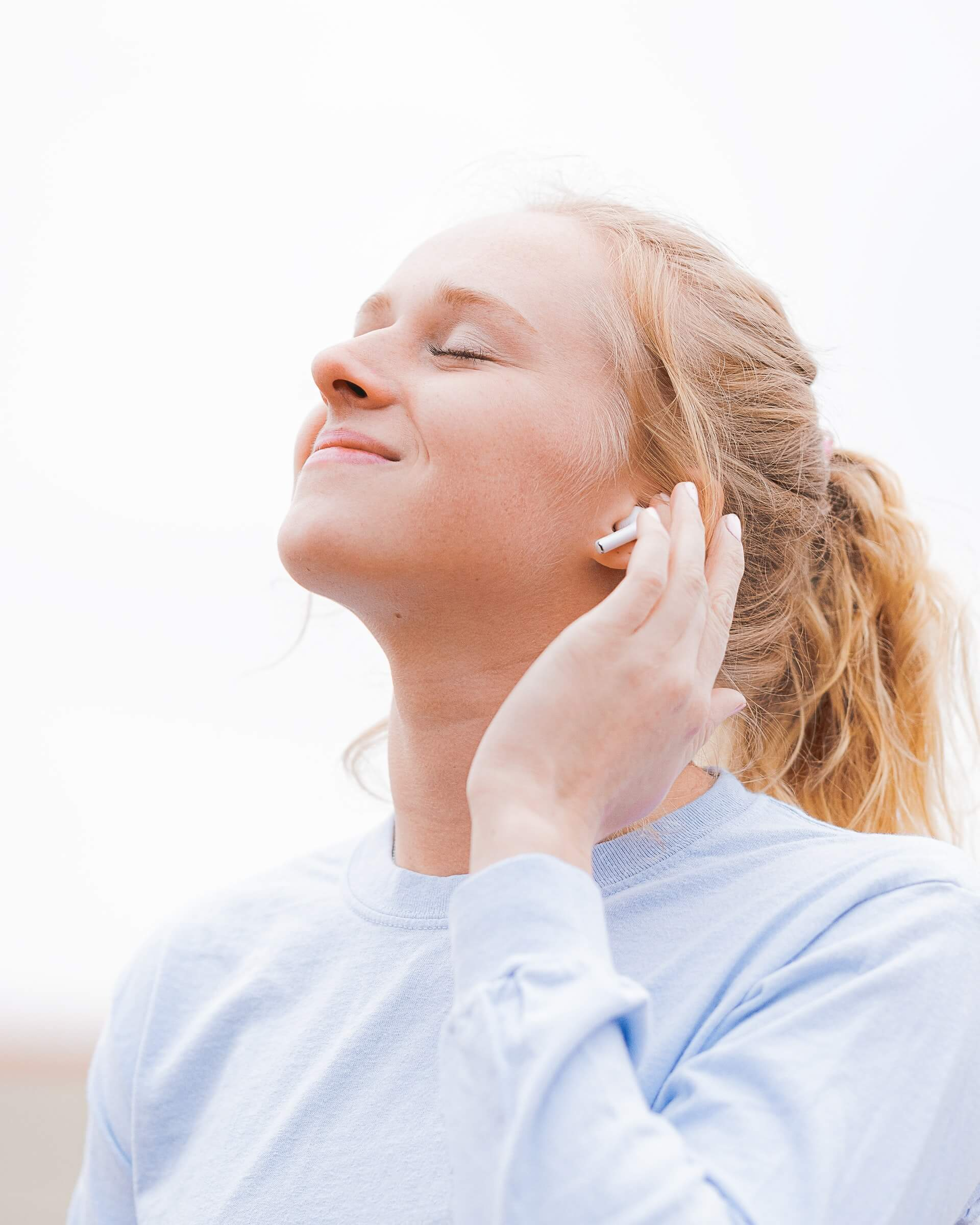 fille souriante qui écoute de la musique