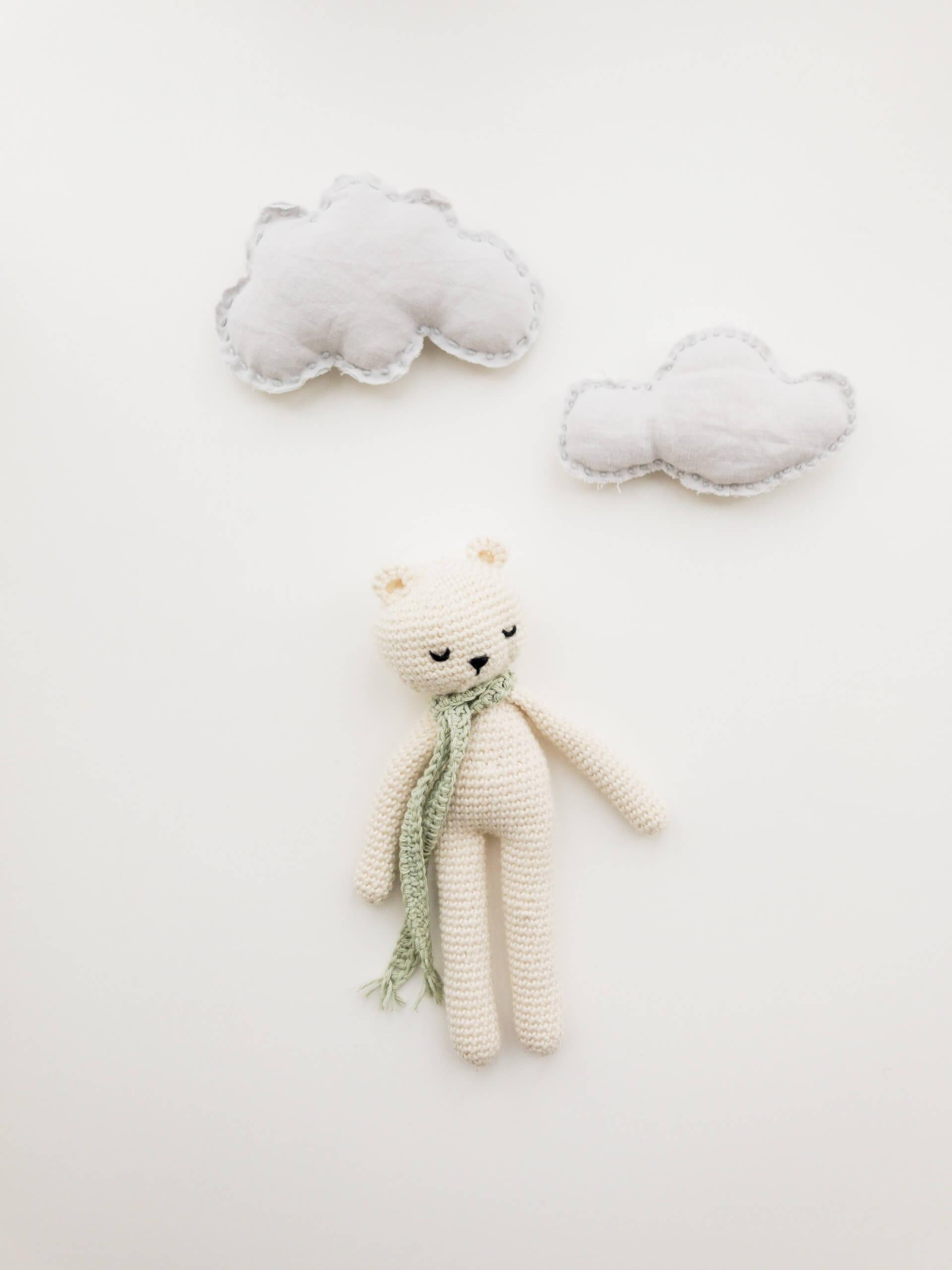 un toutou ourson et deux nuages blancs