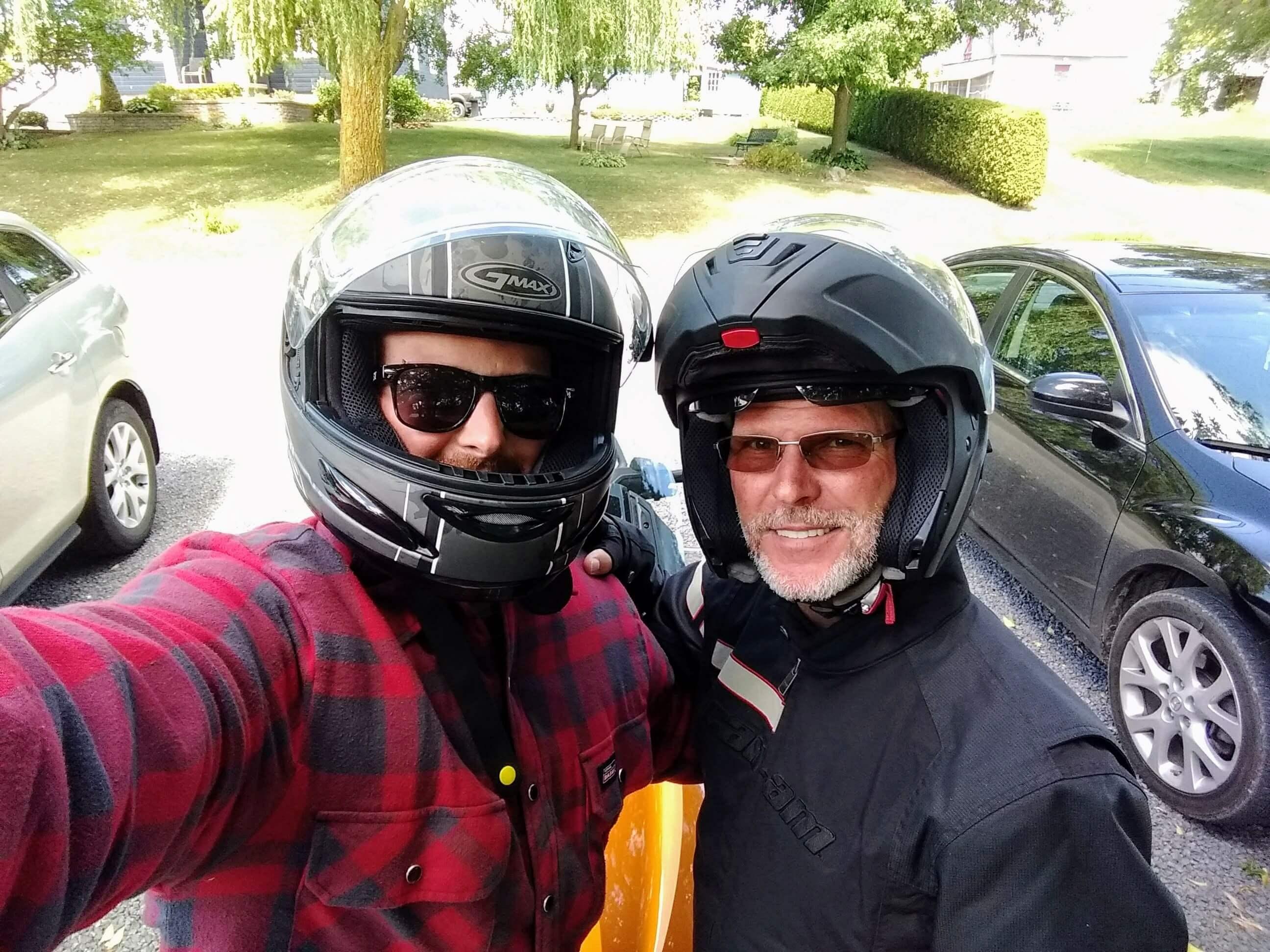 père et fils prêts à faire de la moto