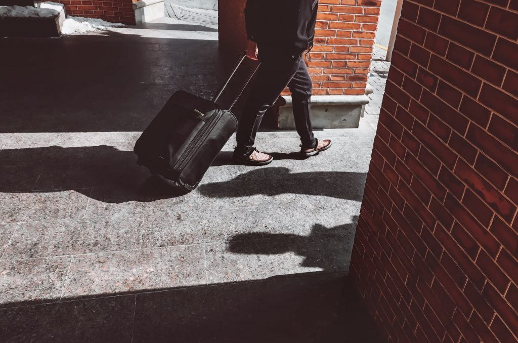 homme partir valise