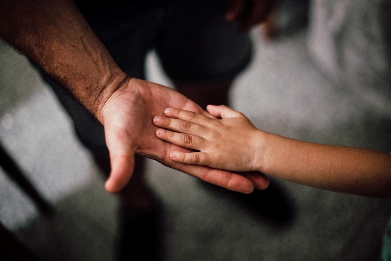 mains père enfant