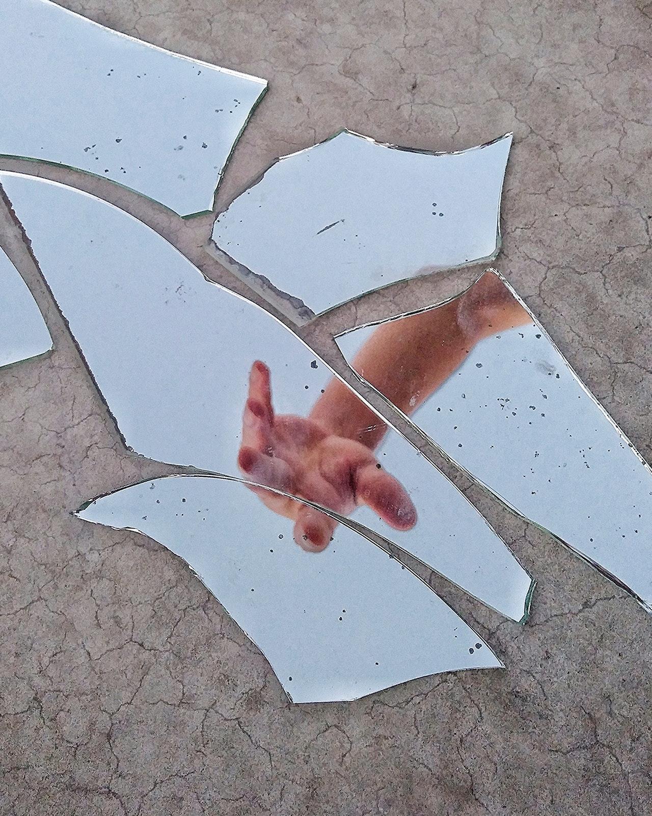 miroir brisé main amour