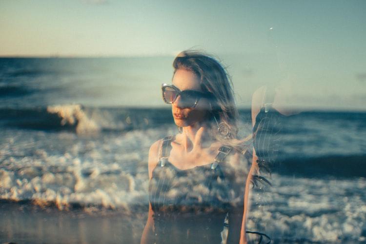 Femme,plage,fantôme