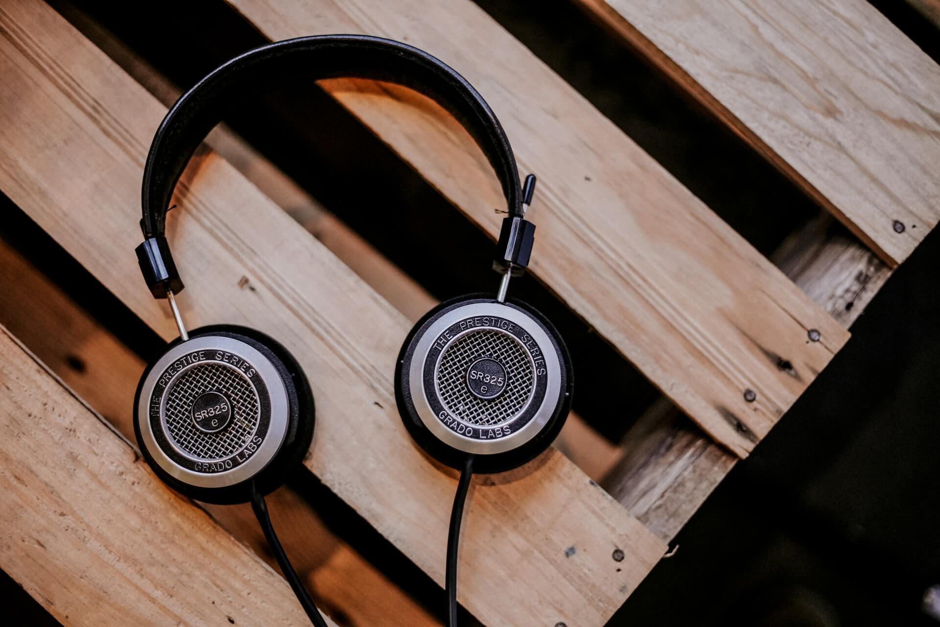 écouteurs table bois