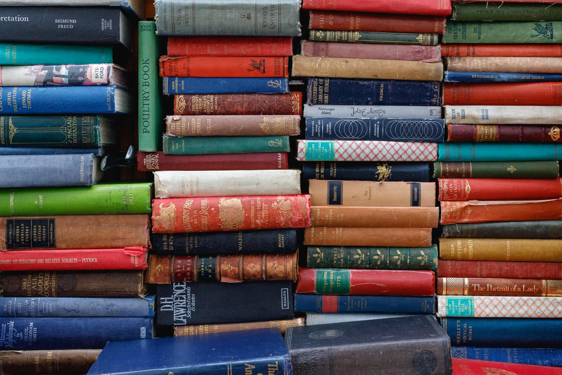 plusieurs livres couleur