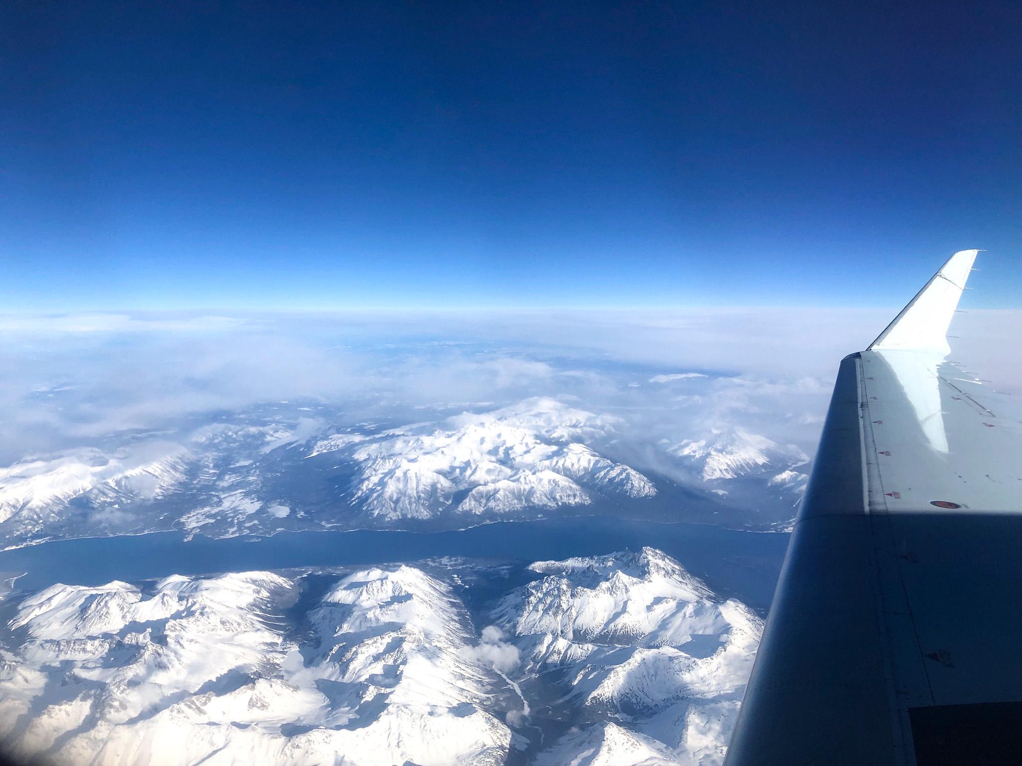 avion nuage montagnes