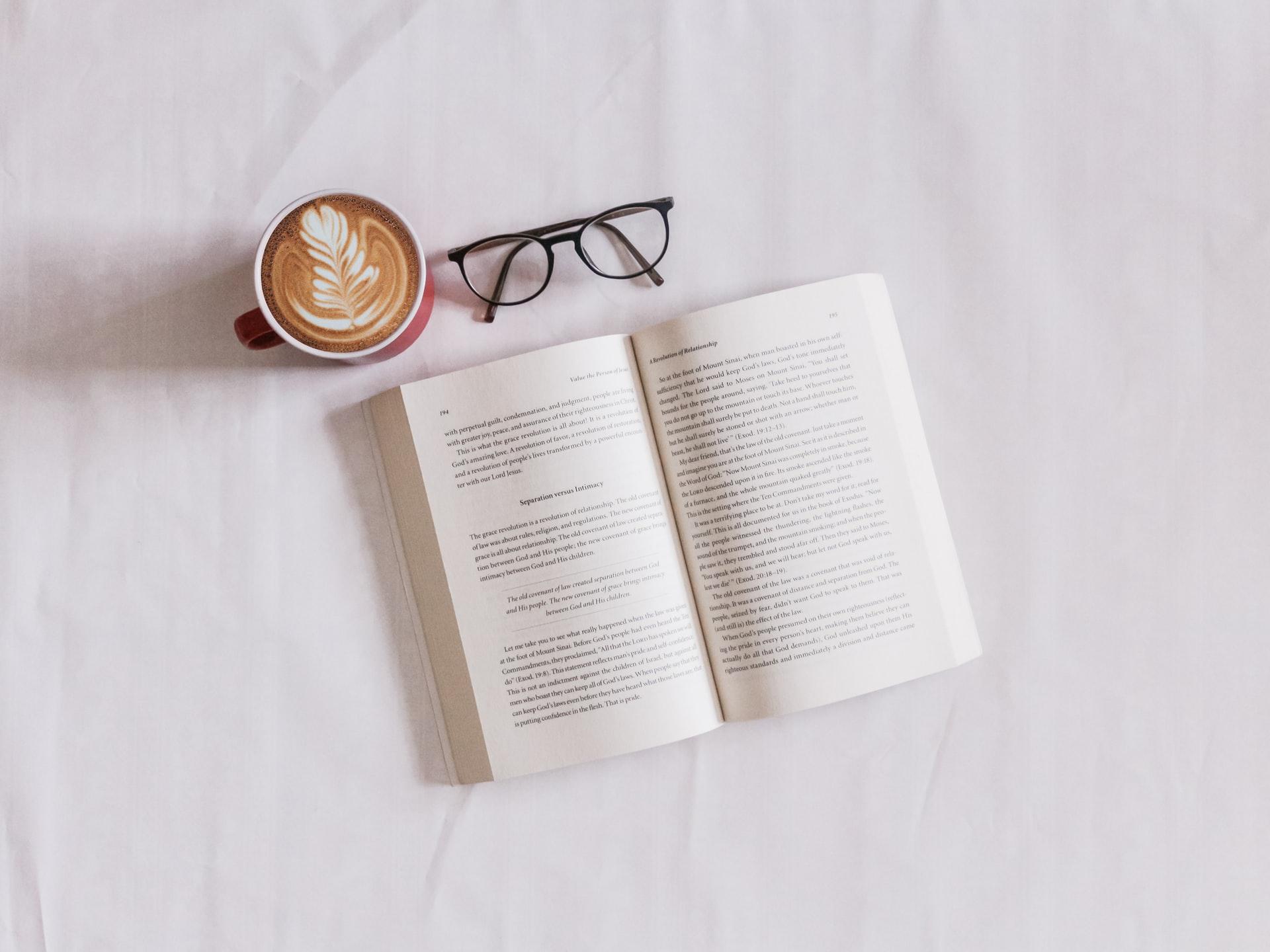 livre lunettes café