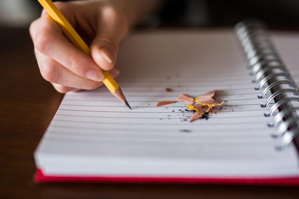 cahier crayon main