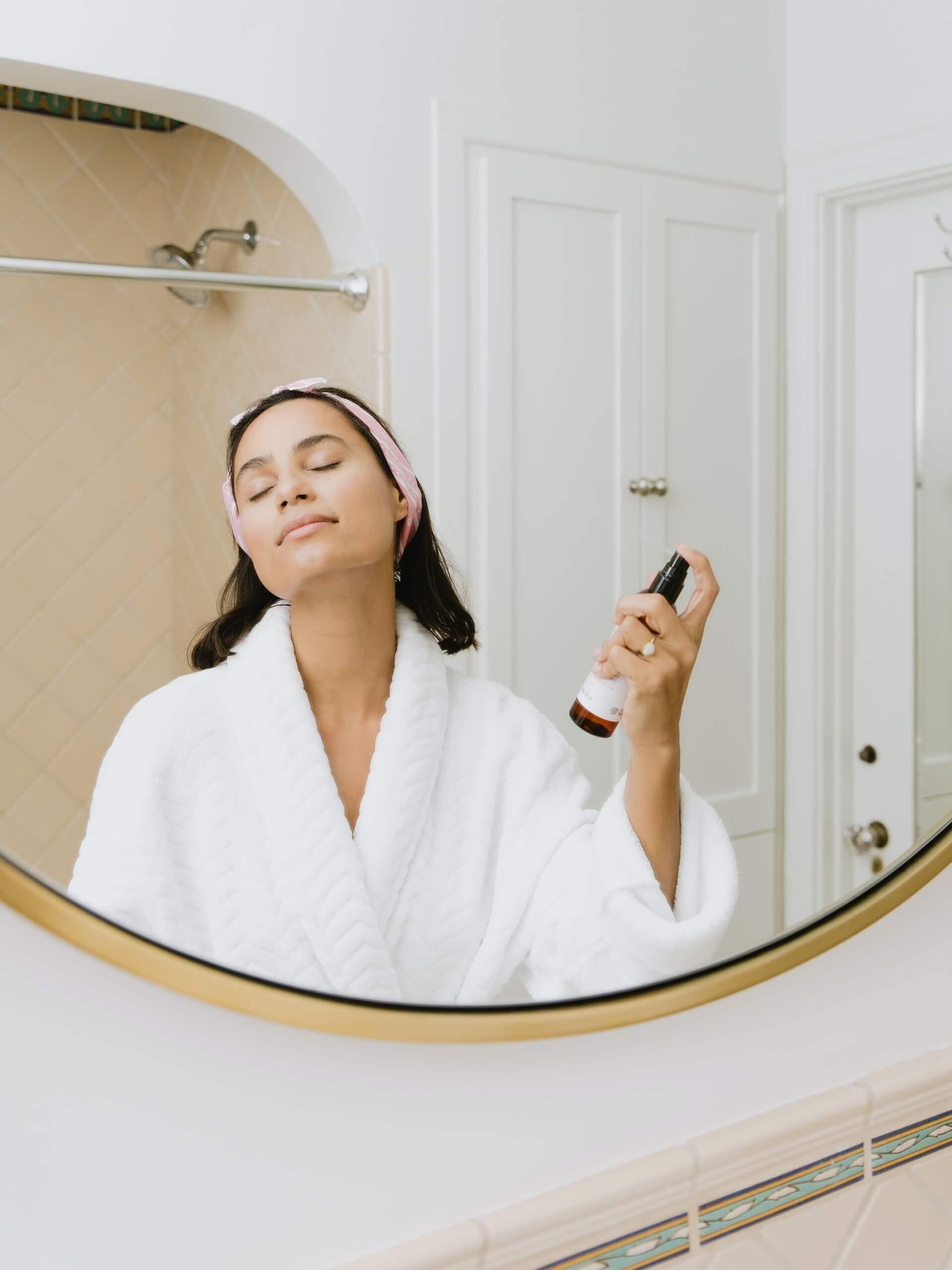 peau, visage, miroir, soin, produit, robe de chambre