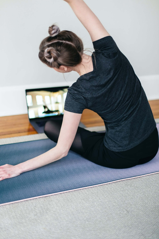 tapis de yoga, exercice, fille, ordinateur