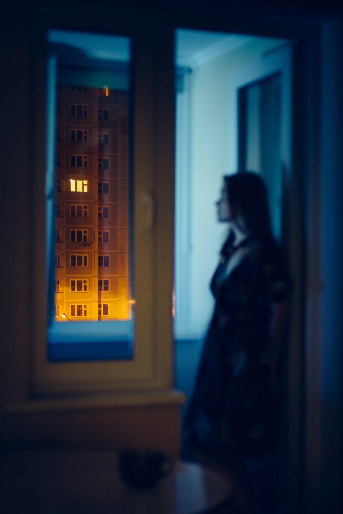 femme fenêtre appartement