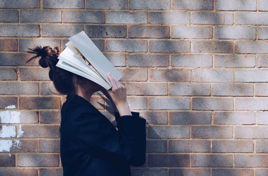 femme livre brique