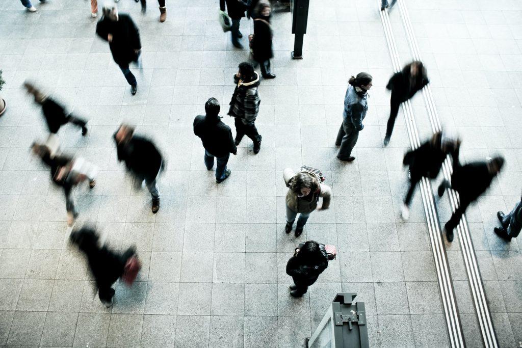 gens marchent intérieur