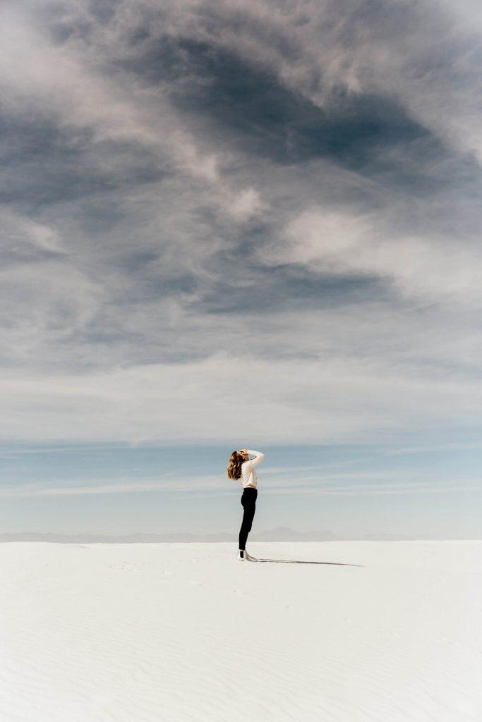 femme, main au visage, libre, ciel, blanc