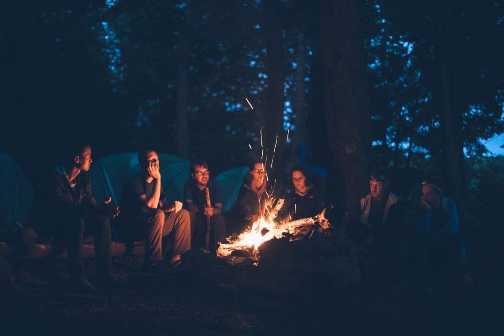 amis bonheur feu de camp