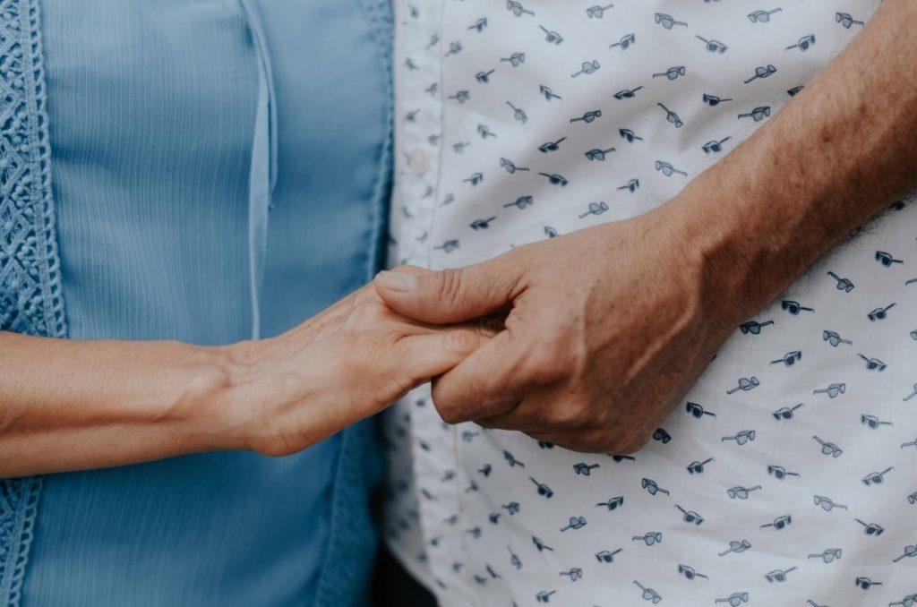 mains couple amour vieillir évoluer