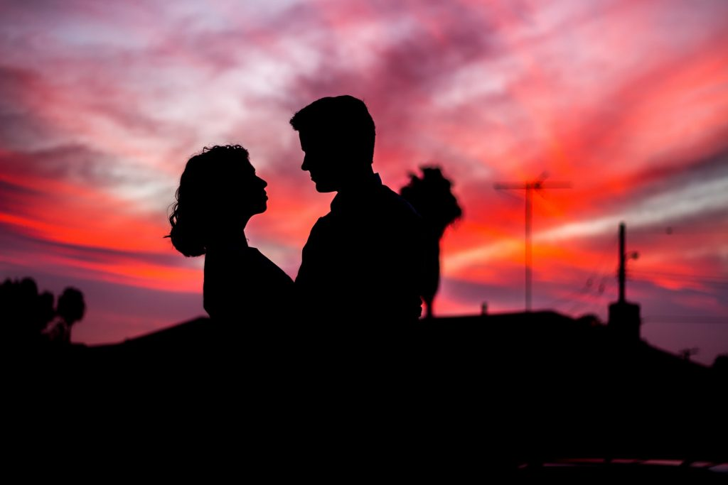 couple ensemble coucher de soleil