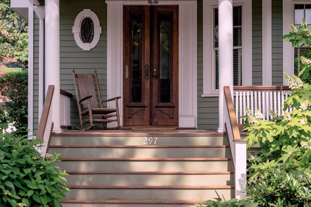 porche maison chaise