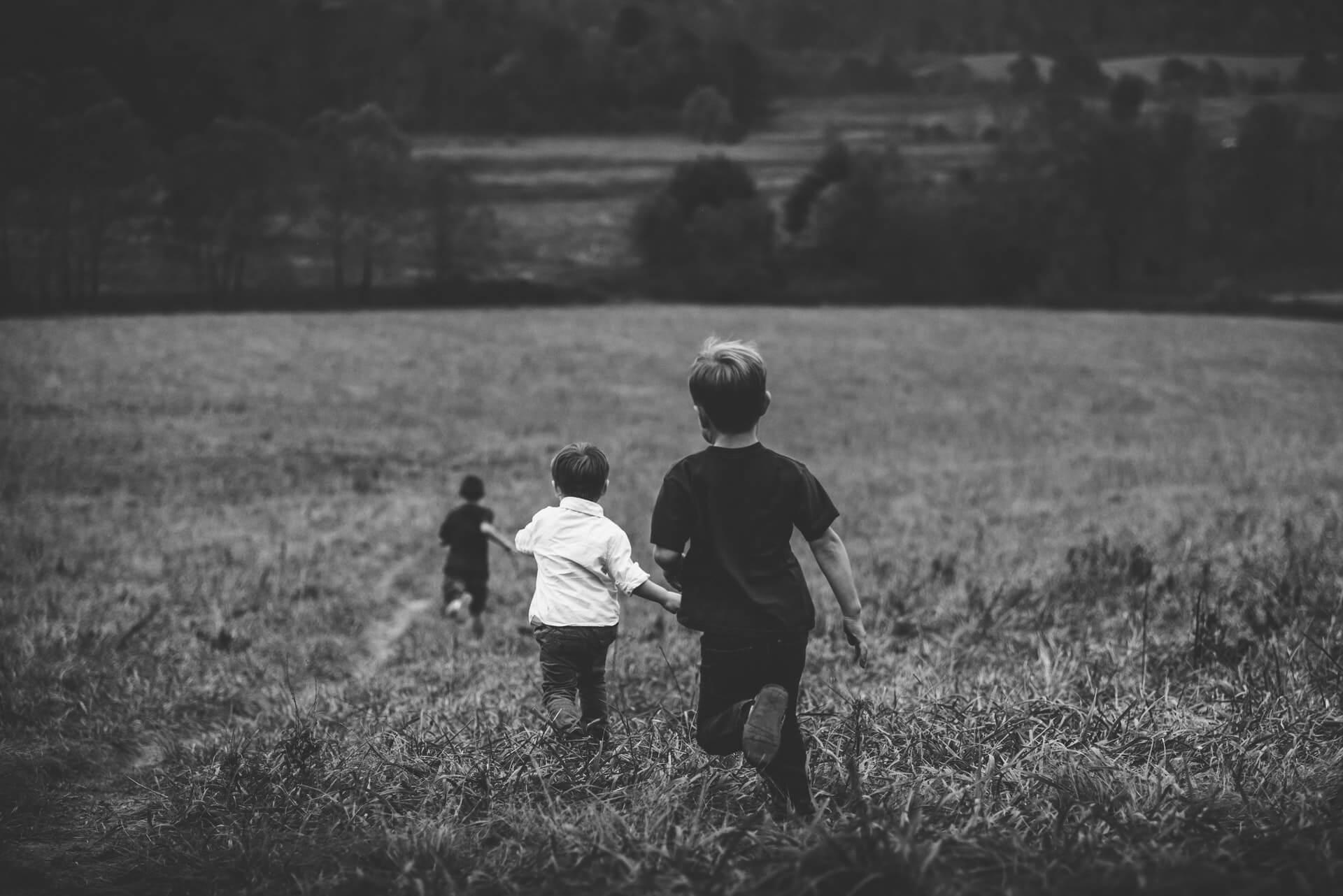 enfants, tout-petits, jouer, dehors, noir et blanc