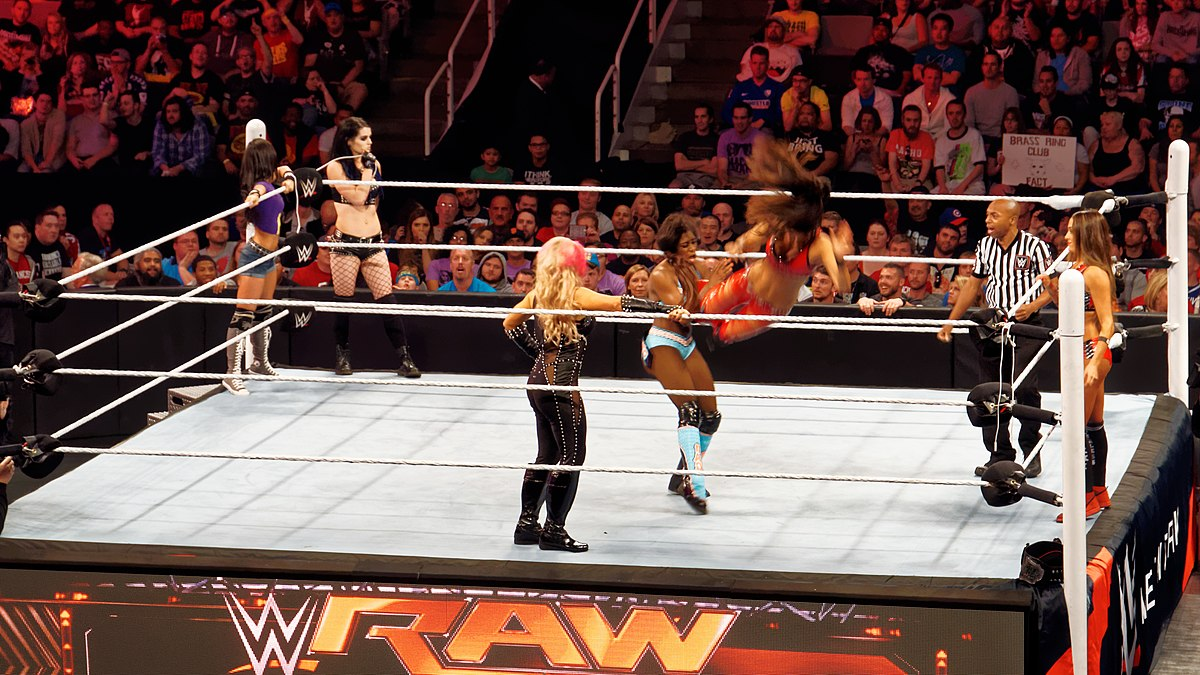 Des lutteuses sur un ring lors de WWE Raw