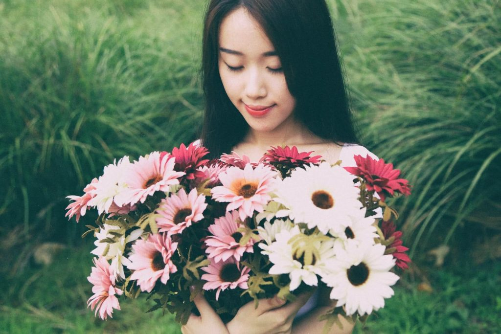 femme généreuse fleurs donner