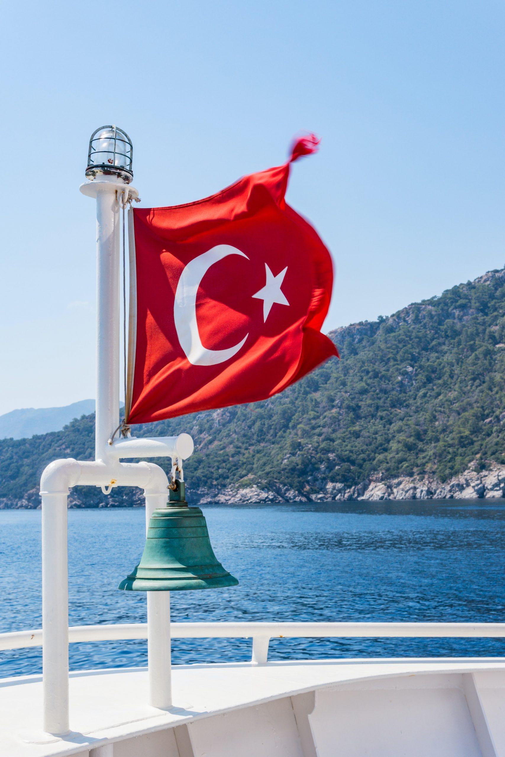drapeau turquie sur un bateauu