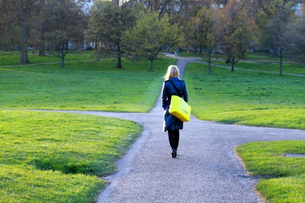 Partir pour avancer femme marche