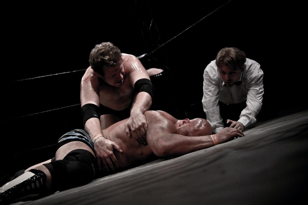 Deux lutteurs et un arbitre sur un ring