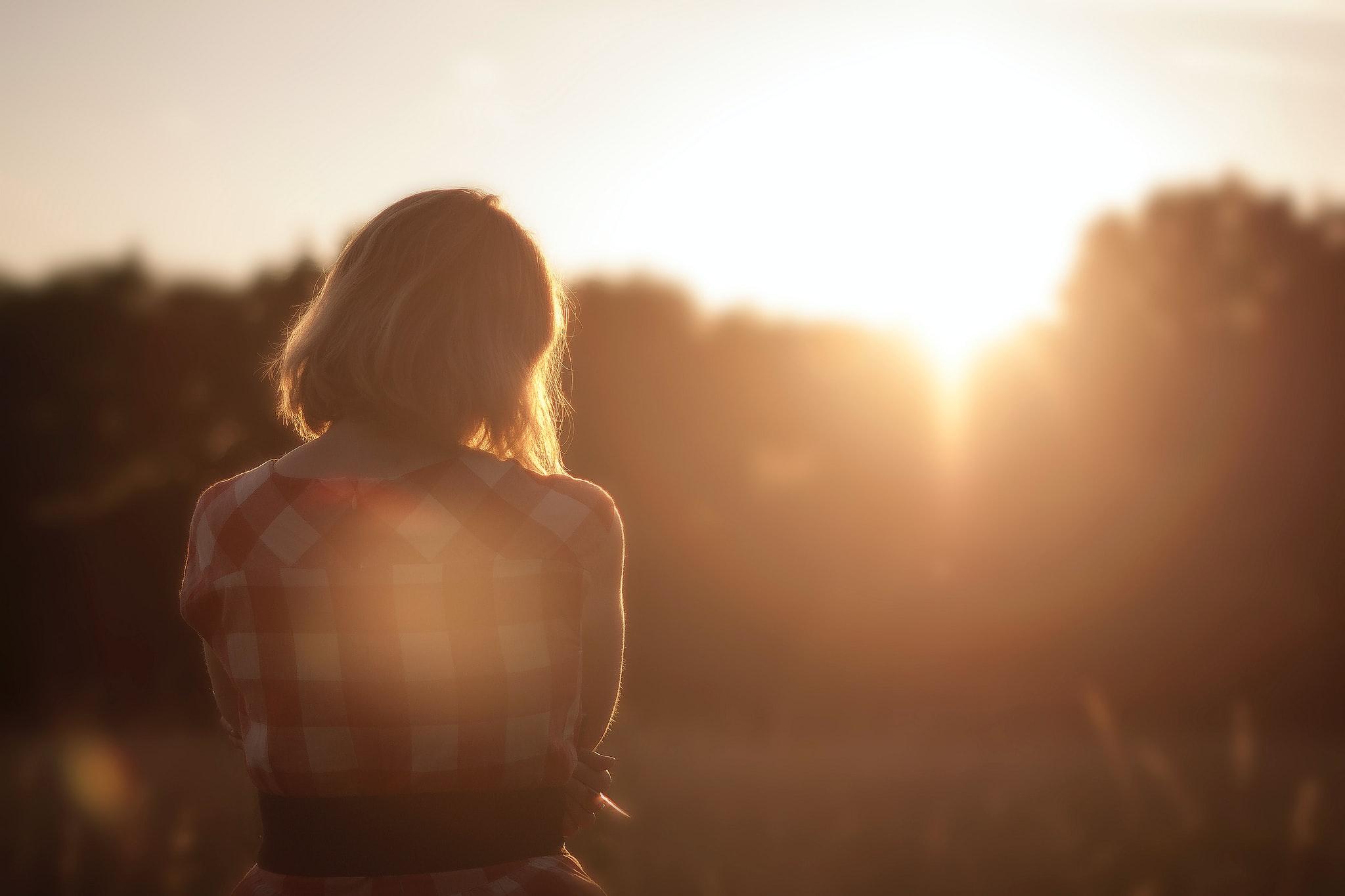 Femme regarde le paysage de dos