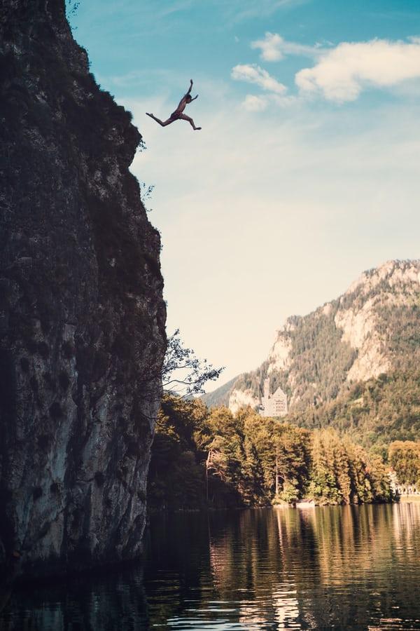 Homme qui saute d'une falaise peurs