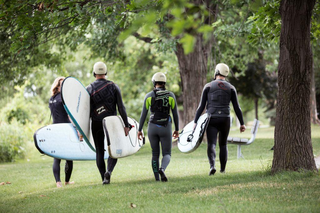 groupe de surfeurs de rivière