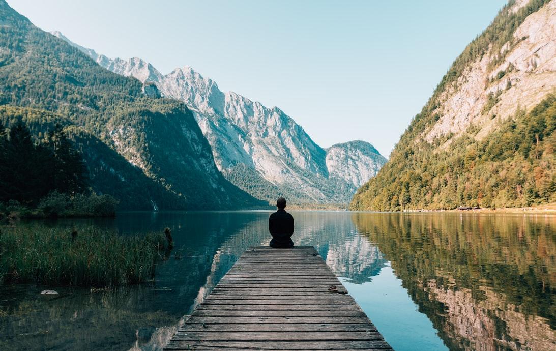 Homme assis sur un quai gris