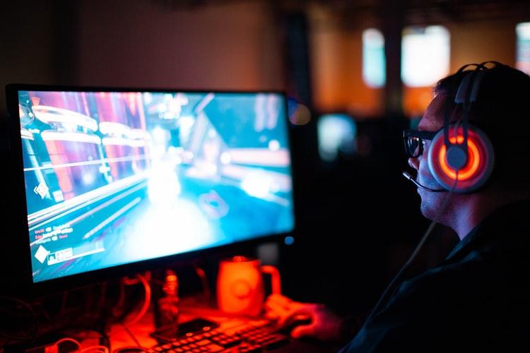 Personne utilisant un ordinateur et jouant au jeu FPS