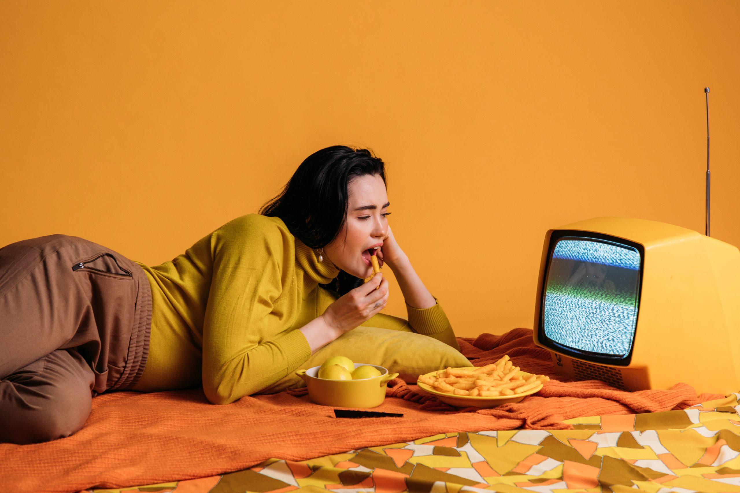 Rire et manger devant la télévision