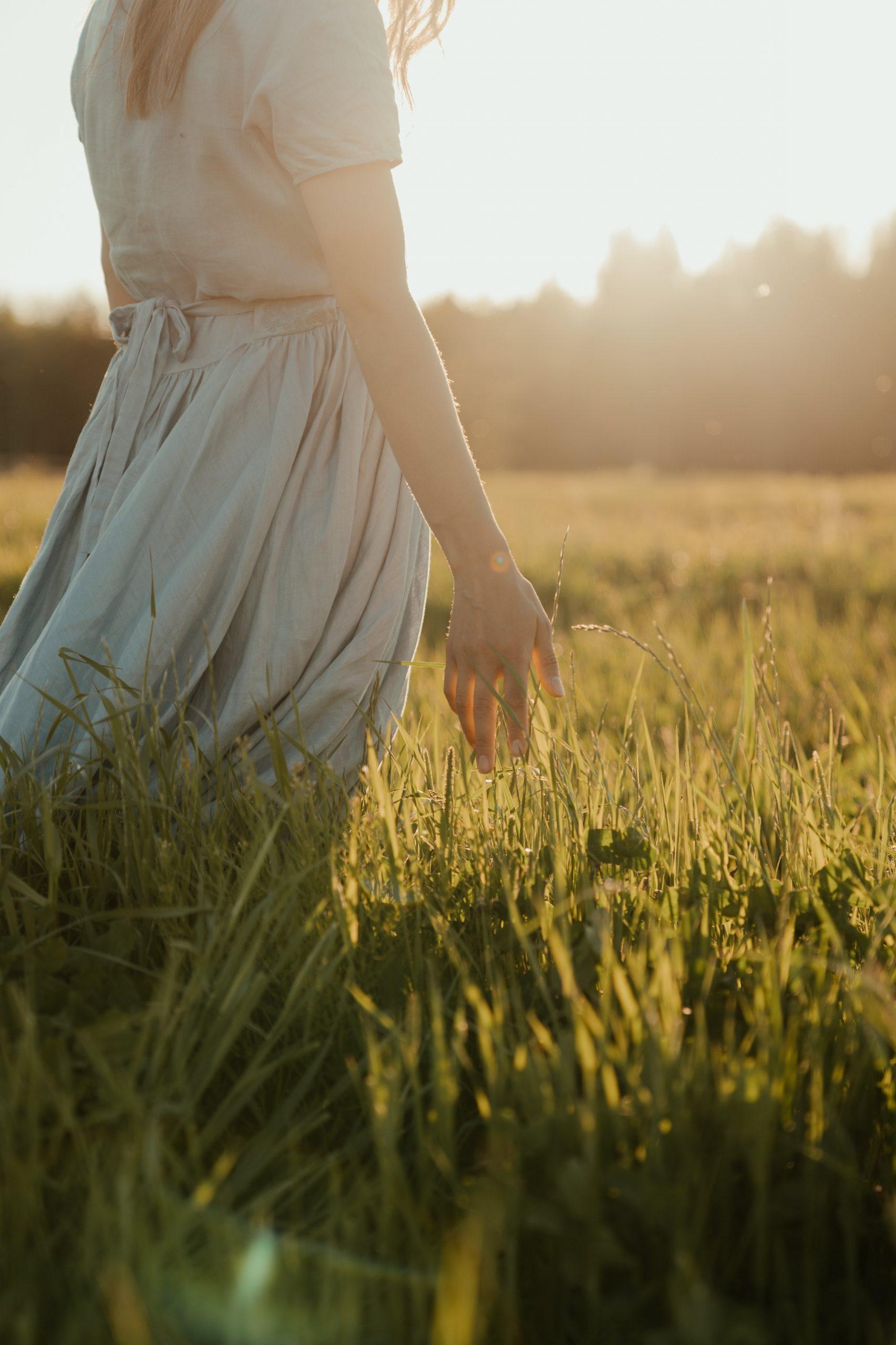 Femme dans un champ, libérée de l'emprise d'une relation toxique