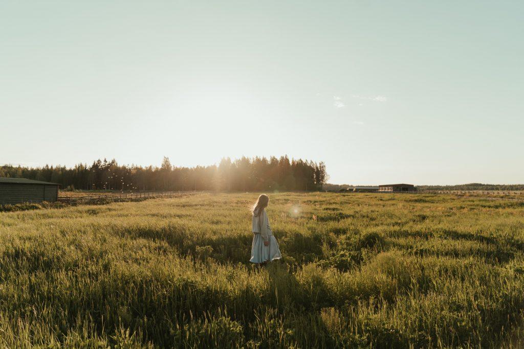 Femme dans un champ, relation toxique